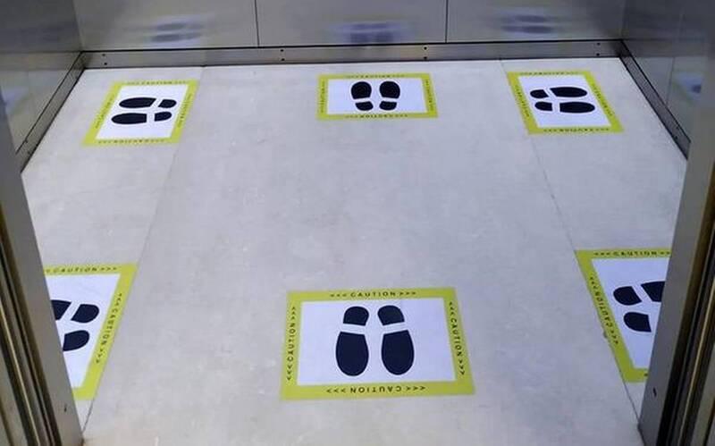 جایگاه ایستادن افراد با فاصله مناسب داخل آسانسور مشخص شده است.