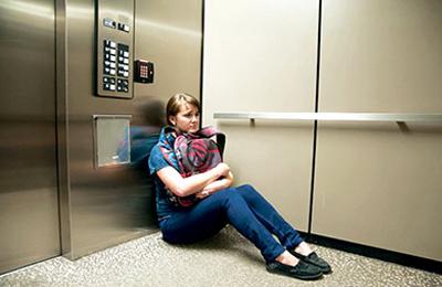 شخصی در آسانسور گیر کرده